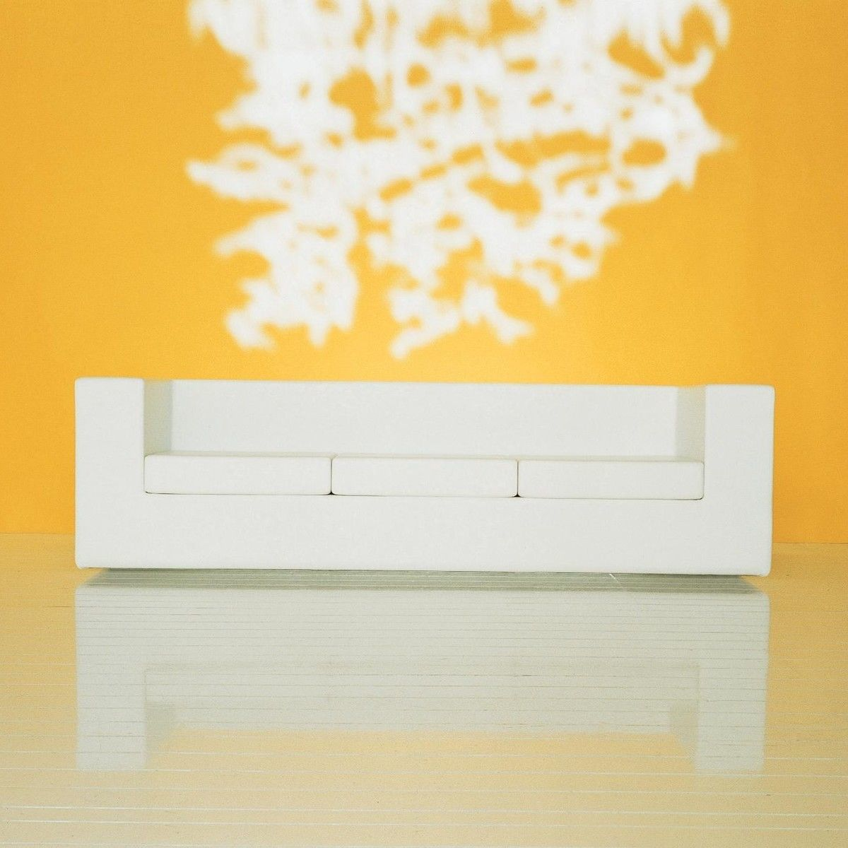 Throw away sof de 3 asientos zanotta for Sillas vitra imitacion