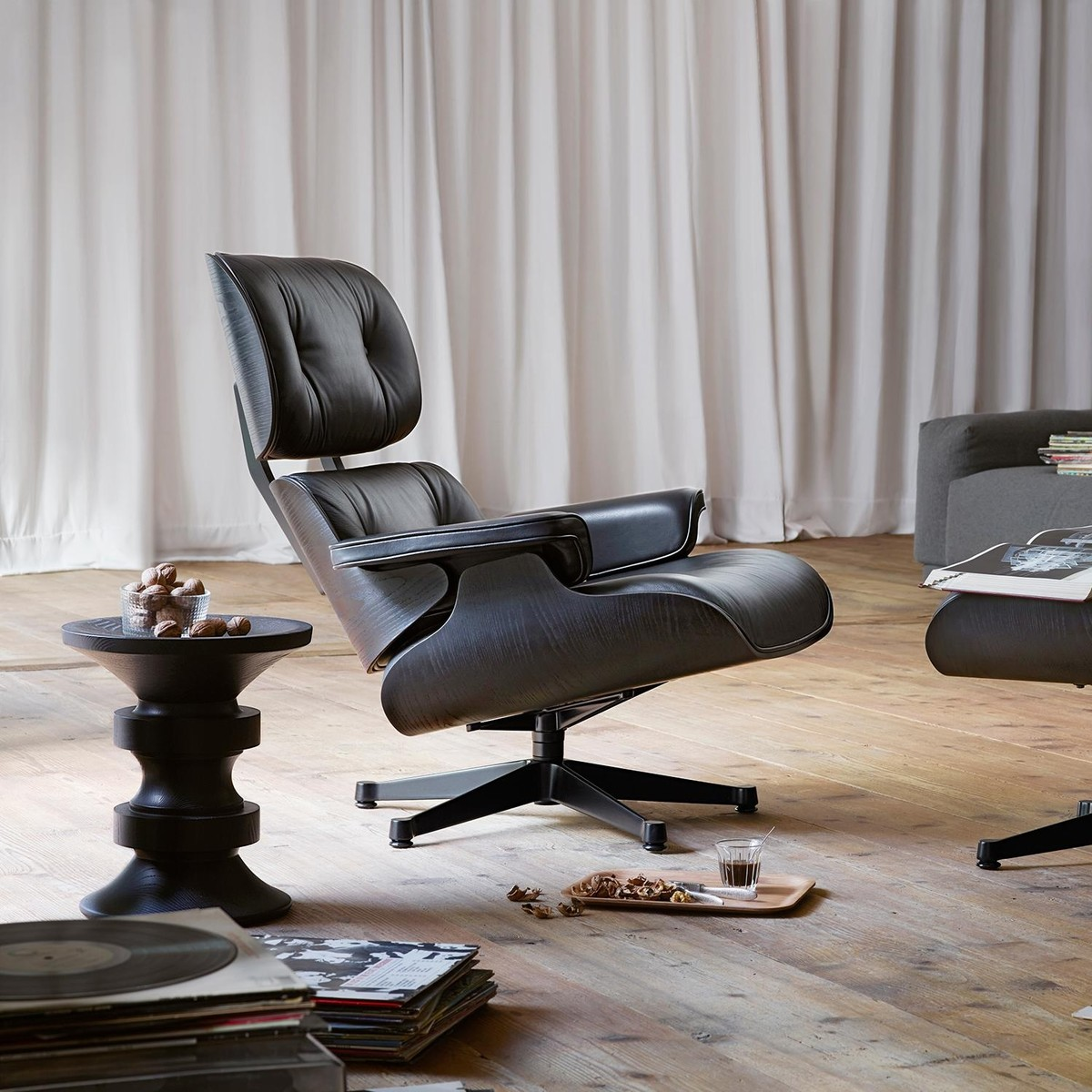 eames lounge chair xl nieuwe maat draaistoel vitra. Black Bedroom Furniture Sets. Home Design Ideas